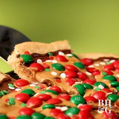 Christmas cookie pizza, The crust of chilled cookie dough is . - Christmas Cookie Pizza, The crust of chilled cookie dough is topped with pieces of chocolate, peanu - Easy Holiday Desserts, Holiday Cookies, Holiday Baking, Holiday Treats, Holiday Recipes, Christmas Recipes, Easy Christmas Treats, Kid Desserts, Holiday Drinks