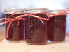 This quick and simple pomegranate jelly makes a perfect gift for Valentine& Day. The secret is to use top quality store-bought pomegranate juice. Feel free to experiment with blends like pomegranate-grape or pomegranate-raspberry. Jelly Recipes, Jam Recipes, Canning Recipes, Juice Recipes, Canning Tips, Dessert Recipes, Pomegranate Jelly, Pomegranate Recipes, Sauces