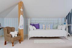 Alb și bleu pastel în dormitorul de la mansardă decorat special pentru doi băieței