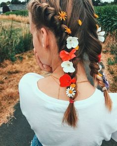 Braids make hair grow. So we think it's thanks to the braids! Messy Hairstyles, Pretty Hairstyles, Medium Hairstyles, Coiffure Hair, Medium Hair Cuts, Dream Hair, Hair Day, Flowers In Hair, Flower Hair