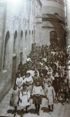 Sortidade la fabrica Tusell hermanos 1919 (mireu cuants nens)