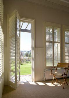 Inspiratie   JASNO shutters, houten jaloezieën, verticale lamellen en vouwgordijnen in Nederland - perfecte deur washok.