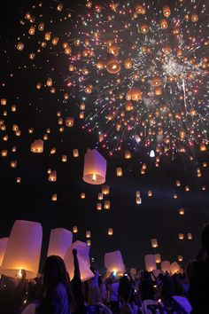 The Yee Peng Lantern Festival is an experience like no other! Thousands of lanterns are launched into the sky, creating a perfect place for pictures. Floating Lantern Festival, Lantern Festival Thailand, Floating Lanterns, Sky Lanterns, Lanterns Decor, Hogwarts, Cute Wedding Ideas, Sky Aesthetic, Summer Dream