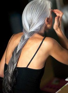 This is what motivates me to stop covering the grays ///// Beautiful gray hair - Yasmina Rossi, may I look as fabulous as this one day Long Gray Hair, Silver Grey Hair, Silver Ombre, Grey Ombre, Grey Hair At 40, Ombre Colour, Gray Color, Yasmina Rossi, Natural Hair Styles