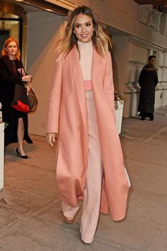 Monochromatic Colour - Jessica Alba is wearing an all-pink outfit. The different shades of pink are all light, and make her look happy and kind. The high-waisted pants and trench coat add lots of length to her figure. Fashion Week, Look Fashion, Fashion Outfits, Fashion Trends, Fashion Tag, Formal Fashion, Pink Outfits, Fashion Fashion, Monochrome Outfit