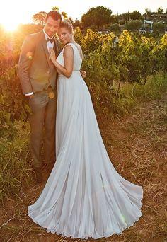 Trouwjurk voor bruid met maatje meer. Soepelvallende bohemian bruidsjurk met prachtige tailleband en klein sleepje.