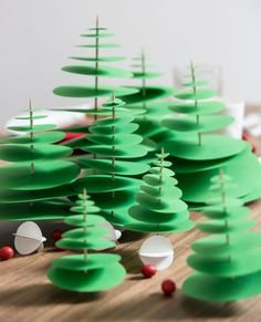 A traditional Christmas table decoration in red and green - nellyg - - Une décoration de table de Noël traditionnelle en rouge et vert Jesussauvage Christmas table for Prima Más magazine Diy Xmas, Christmas Crafts For Kids, Christmas Projects, Kids Christmas, Christmas Ornaments, Green Christmas, Christmas Paper, Deco Table Noel, 242