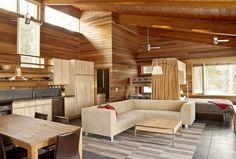 Interior casa de madera en el bosque realizada con madera natural de cedro rojo