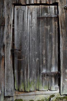 Savusauna, Pornainen, Laukkoski, ovi josta ovat monet sukupolvet menneet saunaan kylpemään