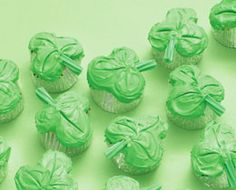 EASY Shamrock cupcakes!  The secret is a pretty clever baking trick :)