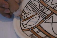 Consiste en que los esmaltes están divididos por líneas pintadas con una mezcla de Aceite I100 con pigmento negro y/o óxido de manganeso. Durante la cocción, esta materia se quema, dejando sólo una…