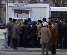 Sute de pensionari din Galați au stat câteva ore în fața cabinelor societății locale de transport în comun ca să-și ridice tichetele.    Până anul trecut, în funcție de valoarea pensiei, bătrânii beneficiau de un abonament anual gratuit, pe o singură linie. În urmă cu o săptămână, consilierii locali au schimbat regula, deciși să facă economie la bugetul orașului. Așa că, acum, pensionarii cu vârsta de peste 65 de ani primesc 30 de bilete gratuite pe lună.