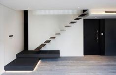 Escada suspensa http://conexaodecor.com/2016/11/1001-degraus-escadas/