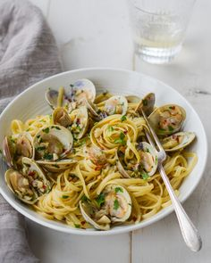 TESTED PERFECTED RECIPE -- Linguine with clams sounds elegant but it's one of the easiest, most affordable Italian pasta dishes you can make at home. Clam Recipes, Seafood Recipes, Pasta Recipes, Cooking Recipes, Healthy Recipes, Dinner Recipes, Linguine Recipes, Fish Recipes, Dinner Ideas
