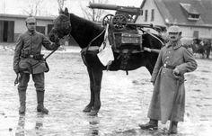 w_03  Soldados alemães posam junto a  um cavalo que carrega uma estrutura construída especialmente para acomodar uma metralhadora russa Maxim M1910 completa, com  rodas e caixa de munição.