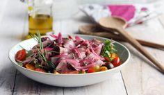 Paahtopaistisalaatti on ruokaisa lisä juhlapöytään. #paahtopaisti #salaatti #juhlat
