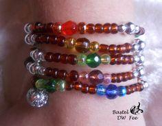 Draht Wickelarmband-Kette bunt von Bastel-DW-Fee auf DaWanda.com Dieses Armband wurde in liebevoller Handarbeit hergestellt.  Zu jedem Outfit der passende Dreh! Das Armband kann auch als Kette getragen werden.  Verwendete Materialien :  -Aludraht -Metallic Perlen -Rocailles Perlen -Glas Perlen -Strass Perle
