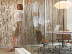 Es un sistema de vidrio que se fabrica mediante el encapsulado de materiales orgánicos e inorgánicos entre vidrios, inyectando resina en forma líquida que posteriormente endurece, preservando la calidad de los elementos. Es un vidrio arquitectónico con una amplia gama de posibilidades con respecto a que materiales encapsular y en que instancias utilizarlo.