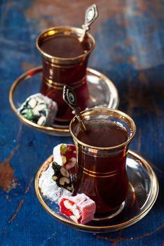Turkish tea and delights - I Love tea and tea pots, cups and more :-) - Tea Glasses Turkish Delight, Turkish Coffee, Arabic Tea, Café Chocolate, Tee Set, Pause Café, Tea Glasses, Turkish Recipes, Tea Recipes