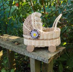 Kočárek - košatinka Kočárek k dekoraci, nebo pro menší panenku, pletený z přírodního pedigu a šény s HDF dnem. Záclonkaje z bavlněné krajky, kytička z bavlněné látky a tylu.Kolečka jsou z bukového dřeva. Rozměr dna 12 x 20. Výška19 cm vč. boudičky.