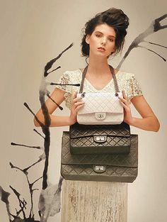 Ikonické kabelky – Chanel 2.55 : Obdélníková kabelka sdiagonálním prošitím a uchem přes rameno realizovaným ozdobným řetízkem soznačením 2.55 patří – vedle parfému Chanel No. 5 a šatů malé černé – knejznámějším a nejpopulárnějším výrobkům slavné francouzské značky Chanel. Za svou oblibu vděčí kombinaci jednoduché elegance a mimořádné praktičnosti, která je doplněná osobitým a nezaměnitelným vzhledem. Již na konci 20. let 20...