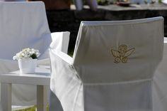 Candore e purezza. #matrimonio #castellodegliangeli #tavolo #sedie #vasodifiori #fioribianchi #nozze all #aperto #wedding #vaso #fiori #flowers #white #tavolino www.castellodegliangeli.com