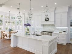 The Hamptons look is rooted in American history but Australians have modernised the trend to suit a more laid back lifestyle. Get the top tips for renovating to achieve the look. Gorgeous white kitchen with breakfast nook Classic Kitchen, New Kitchen, Kitchen Ideas, Kitchen Designs, Awesome Kitchen, Stylish Kitchen, Order Kitchen, Ranch Kitchen, Condo Kitchen