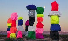 Ugo Rondinone a passé cinq ans à empiler des totems fluos au beau milieu du désert du Nevada.