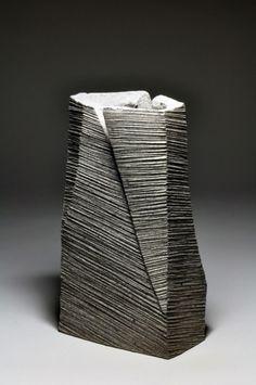 Hoshino Kayoko, vase rectangulaire, 2011, grès impressionné, sculpture japonaise, la céramique japonaise, poterie japonaise, navire japonais, la céramique contemporaine japonaise