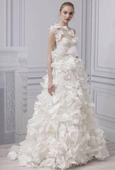 """vestido de la colección 2013 que posee el nombre de """"Innocence"""", donde la seda blanca y el tul bordado se juntan para crear este excelente vestido lleno de frunces que captan la atención de los invitados donde quiera que se encuentre la afortunada novia que lo vista."""