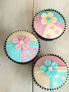 Pastel Turquoise, Pink & Yellow Color Blocked Polka Dot with Flower Cupcakes Fondant Cupcake Toppers, Cupcake Art, Cupcake Cookies, Flower Cookies, Pretty Cupcakes, Beautiful Cupcakes, Fun Cupcakes, Cupcakes Bonitos, Cupcakes Flores