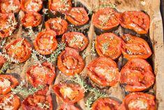 Naložená pečená rajčata s tymiánem a česnekem | CULINA BOTANICA | Bloglovin' Shrimp, Meat, Vegetables, Food, Essen, Vegetable Recipes, Meals, Yemek, Veggies
