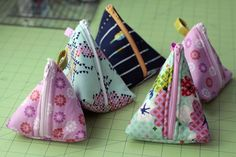 Triangular zipper pouch tutorial! These are so cute. They make the best gifts.