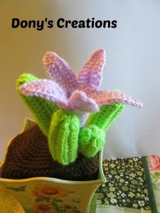 Ravelry: Crochet cactus _ Asclepiadaceae pattern by Donatella Saralli Crochet Gratis, Diy Crochet, Crochet Dolls, Ravelry Crochet, Crochet Cactus, Crochet Leaves, Crochet Flower Patterns, Crochet Flowers, Yarn Flowers