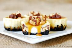 Mini Snickers Cheesecakes ~ These mini snickers cheesecakes look absolutely divine! An oreo crust cheesecake topped with a caramel snickers topping. Köstliche Desserts, Delicious Desserts, Dessert Recipes, Yummy Food, Sweet Desserts, Tasty, Snickers Cheesecake, Cheesecake Recipes, Apple Cheesecake