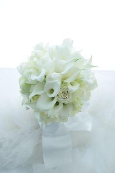 クラッチブーケ 八芳園様へ カラーとバラとリボンだけで : 一会 ウエディングの花