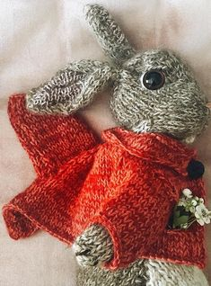 How to knit a bunny rabbit. Click through for easy step by step tutorial and free knitting patter to make a knitted easter bunny rabbit. Click through to get tips and all the info you need to make your own Knitting Patterns Free, Free Knitting, Baby Knitting, Free Pattern, Crochet Patterns, Finger Knitting, Scarf Patterns, Knitting Books, Knitted Bunnies