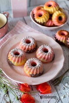 Gyerekkorom egyik kedvenc süteménye volt a papagáj tészta. Ezt egy kicsit most más formában sütöttem meg újra. Nemrég vásároltam mini kuglóf... Hungarian Cake, Hungarian Recipes, Eastern European Recipes, Food To Make, Cake Recipes, Bakery, Food And Drink, Sweets, Cookies