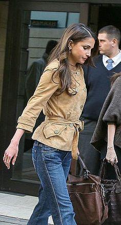 ♔♛Queen Rania of Jordan♔♛. Queen Rania, Queen Letizia, Deep Autumn Color Palette, King Abdullah, Her Majesty The Queen, Princess Style, Royal Fashion, Classic Looks, Rey