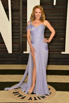 Singer Kylie Minogue attends the 2015 Vanity Fair Oscar Party hosted by Graydon Carter at Wallis Annenberg Center for the Performing Arts on February 2015 in Beverly Hills, California. Get premium, high resolution news photos at Getty Images Kylie Minogue, Dannii Minogue, Diane Kruger, Anya Hindmarch, Heidi Klum, Elie Saab, Celebrity Dresses, Celebrity Style, Vestidos Versace