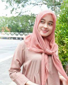 Pin Image by Hijabi Gemes Beautiful Hijab Girl, Beautiful Muslim Women, Muslim Fashion, Hijab Fashion, Women's Fashion, Moslem, Muslim Beauty, Muslim Hijab, Indonesian Girls