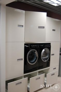 Ook voor de bijkeuken zijn er veel praktische oplossingen. Bijv. een opstelling met de wasmachine en droger op hoogte in gebouwd. Wij vertellen u graag meer over de vele mogelijkheden.