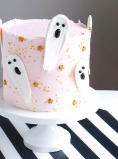 Cute and Creepy Halloween Cake Ideas for 2019 Bewitching Halloween Cake Ideas for the Haunted Night (Images) Cute Halloween Cakes, Bolo Halloween, Halloween Birthday Cakes, Pink Halloween, Cool Birthday Cakes, Halloween Treats, Creepy Halloween, Halloween Plates, Halloween Costumes