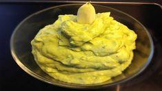 Lecker cremige Aioli mit ordentlich Knoblauch: So kommt Würze ins Essen. ➤ Mit wenigen Zutaten ganz frisch zubereitet ➤ Besonders lecker mit frischem Basilikum.