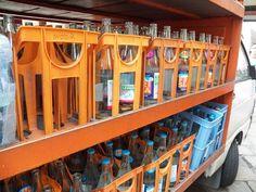 A reciclagem da garrafa de vidro é mais barata que a do plástico e ela preserva melhor o sabor das bebidas.