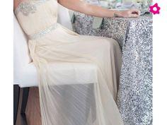 Essa foto o site fala da toalha, mas o que de fato me chamou atenção foi a roupa....linda,linda para um casamento civil.