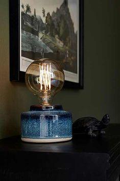 Bordslampa Ruben Bordslampa av glaserad keramik med färgskiftningar som ger varje lampa ett unikt utseende. Höjd 8 cm. Ø 12 cm. Sladd med strömbrytare, sladdlängd 2 m. E27. Max 40W. Ljuskälla ingår ej. Olika typer av ljuskällor kan ha stor påverkan på stil och utseende hos lampan. Prova dig fram till ditt eget uttryck! Läs mer 299SEK