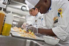 På et cruise med Royal Caribbean vælger du mellem fast middagstid eller My Time Dining. Hvad indebærer de forskellige alternativer? Cruisebloggen guider dig til bords. Spise bør man – men hvornår?…