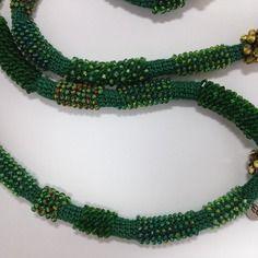 Collier vert  crochet avec  rocailles et cristaux.
