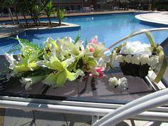 ___________________________________ Podem sim ser vendidos separadamente ___________________________________  Bouquet formato cascata de lirios brancos,verde limao, champagne e rosa Belissima joia para uma noiva guardar eternamente!  Composicoa das flores: E.V.A todas com o toque aparencia e textura de uma rosa real!  Bouquet contem pontos de luzes em STRASS por todo o Bouquet Um broche em STRASS deixa fino e elegante  Bouquet contem aprox. 35 lirios grandes, mede 69 cm.comprimento este…